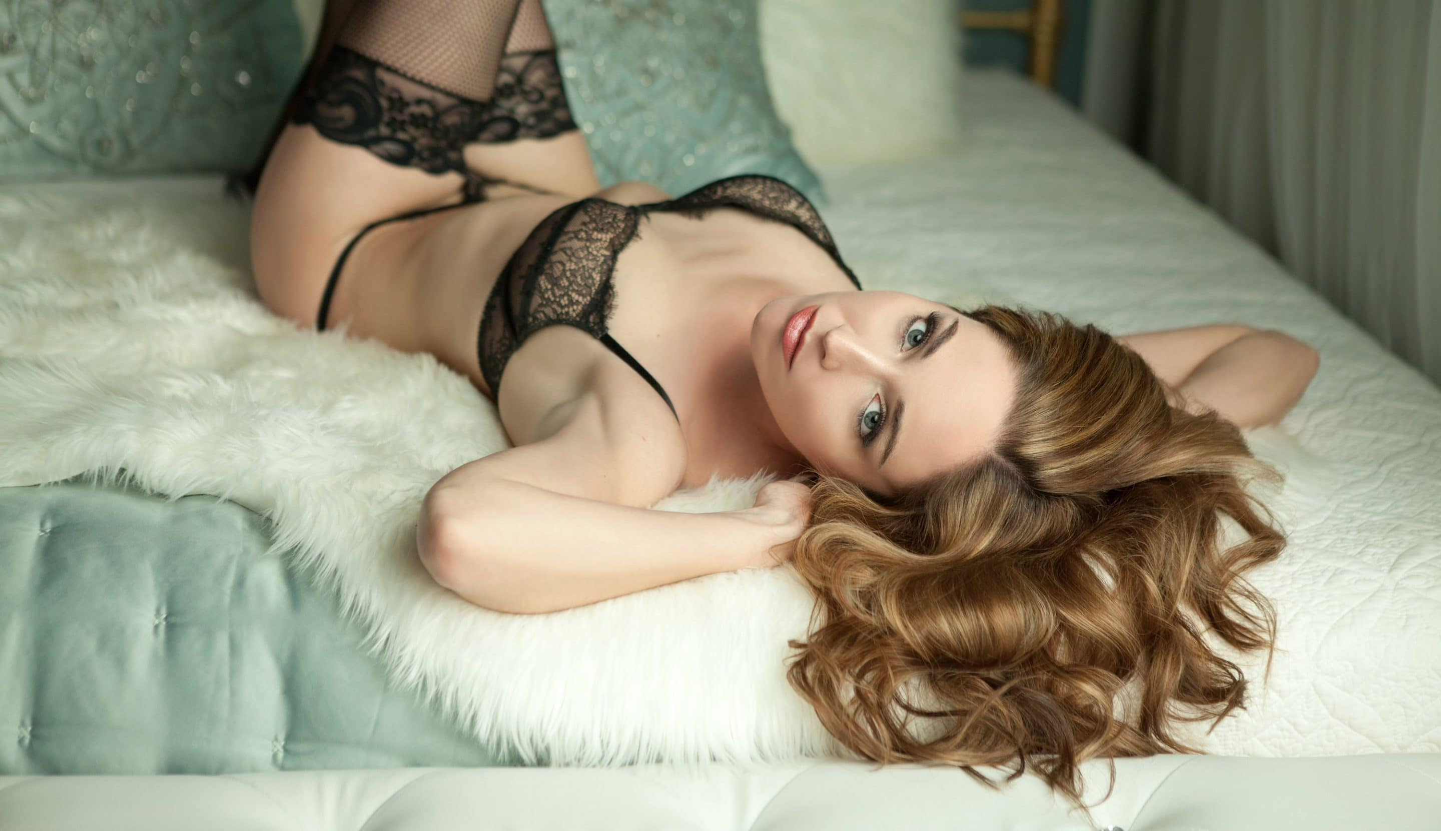 Boudoir photo on a bed