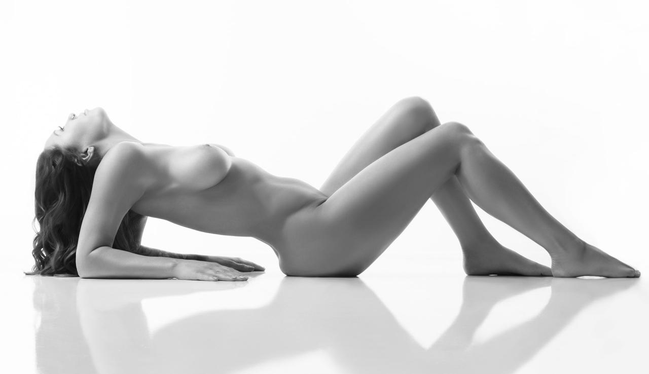 Nude model claudia jovanovski topless sexy on the beach in sydney